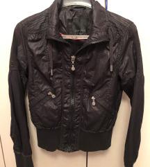 Crna šuškava jakna