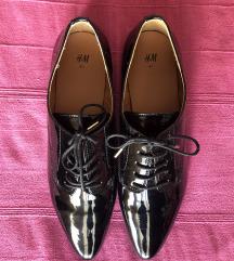 Lakovane cipele na vezanje - NOVE