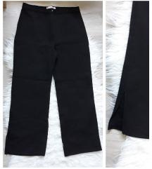 Crne pantalone sa slicevima na nogavicama