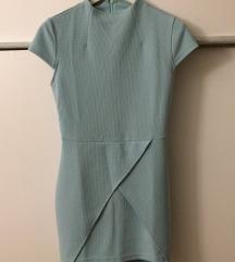 Prelepa uska plava haljina.