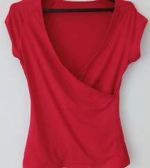 Crvena majica na preklop sa dubokim dekolteom