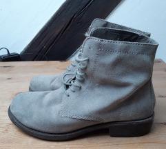 Sive kozne cizme