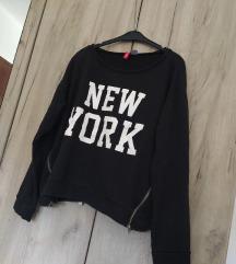 H&M crni duks sa tekstom i zipovima