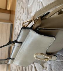 Bež kožna torba sa elegantnim detaljem