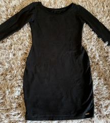 Crna sa spustenim ramenima