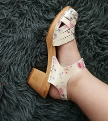 Drvene sandale na stiklu