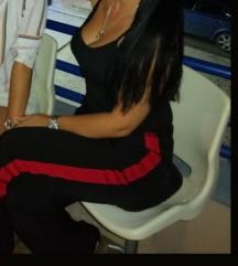Takko fashion crne pantalone sa crvenom trakom