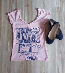 Roza majica sa teget aplikacijom